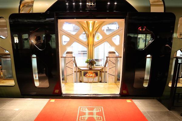 Train Suite Shiki-shima