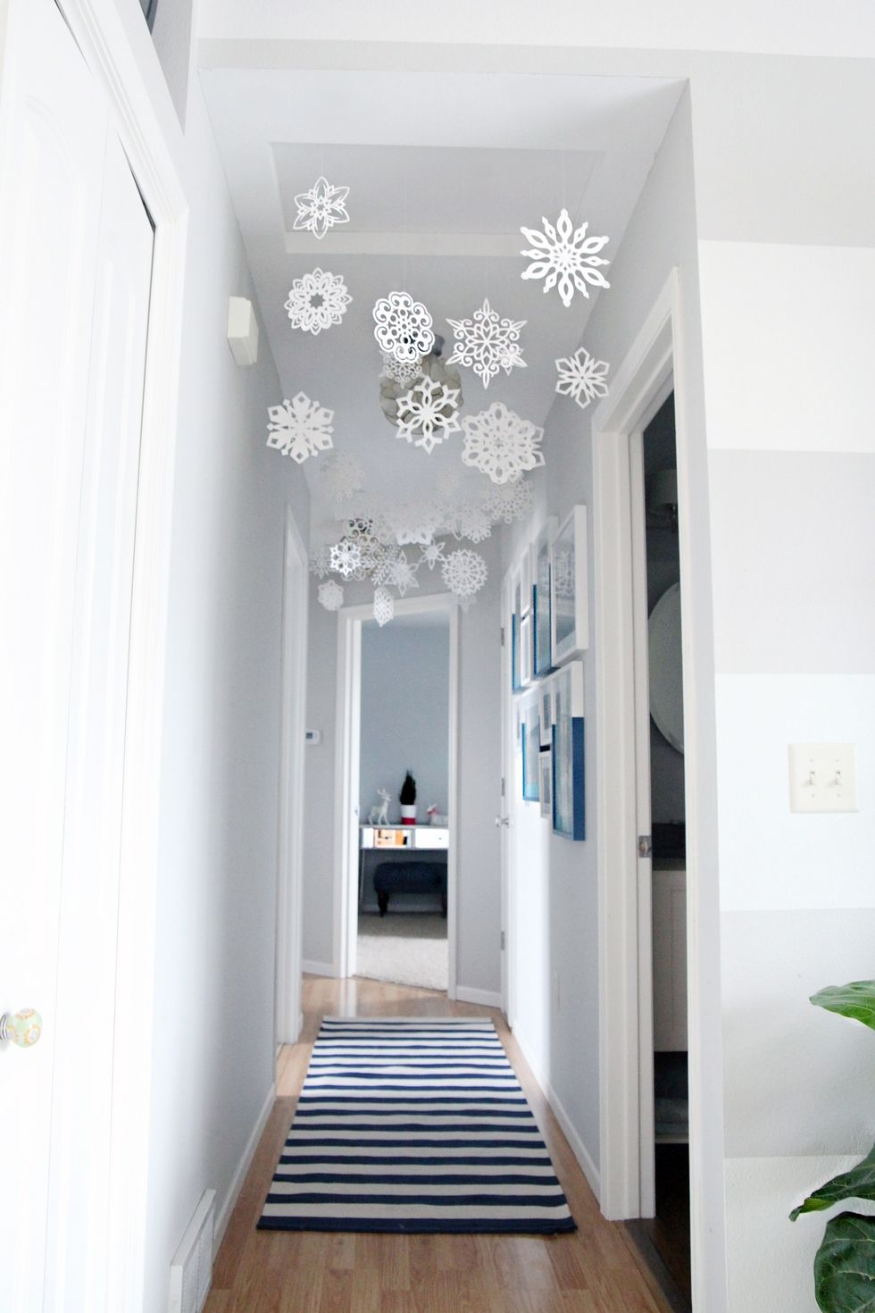 space-optimized-small-apartment-hanging-snowflakes ...